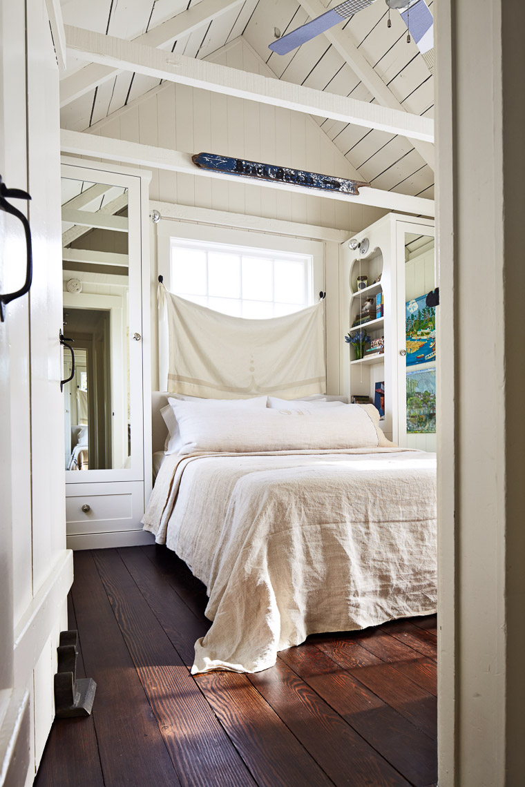 alec-hemer-photography-Dempster-beach-house-bedroom